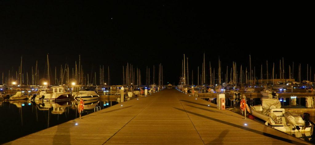 Hauptsteg der Marina di Ragusa mit Blick zum Häuschen am Stegende